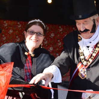 Mayor of Stratford-upon-Avon Victoria Alcock and Chairman of the District Council George Atkinson officially opening the event